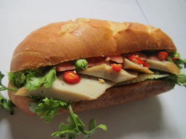 Bánh mì chả cá ngon – Món quà vô giá từ biển cả!