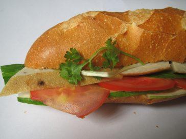 Làm thế nào để bán được 300 ổ tại một xe bánh mì chả cá trong một buổi sáng?